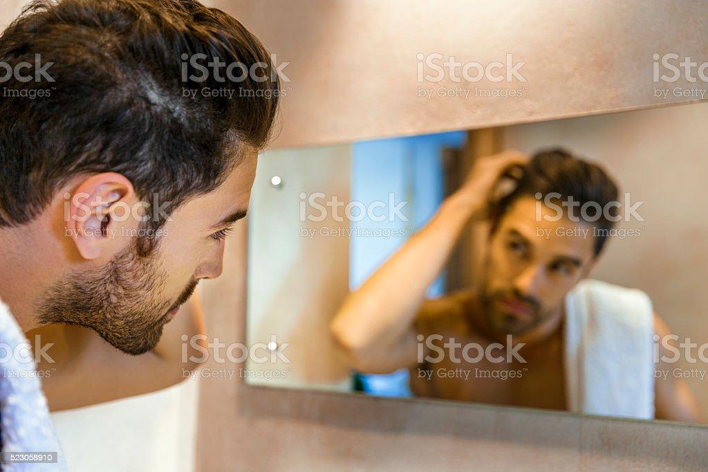 Mann untersuchen Haare im Spiegel – Foto