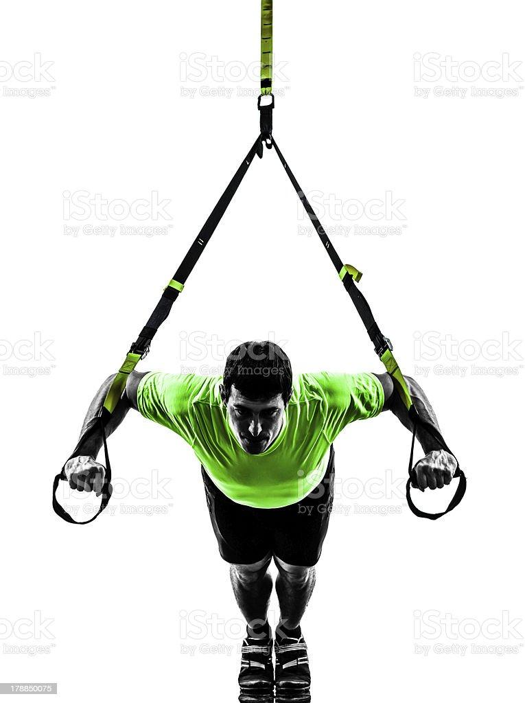 Hombre ejercicio de entrenamiento en suspensión trx silueta foto de stock libre de derechos