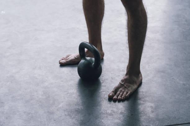 Mann trainiert mit einer Kettlebell im Fitnessstudio – Foto