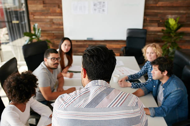 Mann, die Kollegen erklären, Geschäft Plan – Foto