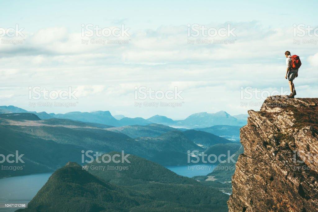 Mann-Explorer stehen auf Felsen allein Berggipfel über Fjord Norwegen Landschaft Reisen Lifestyle Erfolg Motivation Konzept Abenteuer Aktivurlaub im freien – Foto
