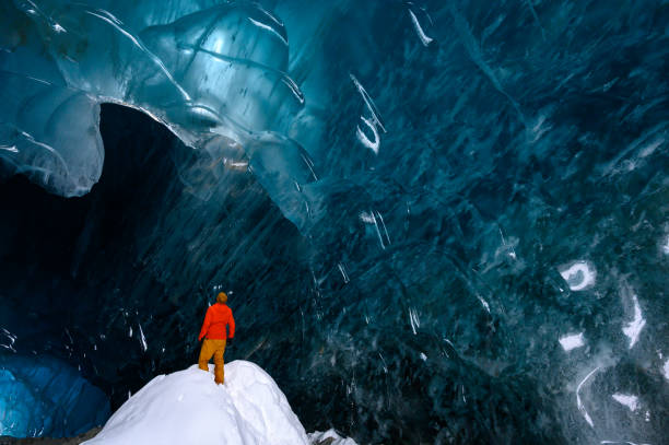 Menschen, die eine atemberaubende Gletschereis Höhle erkunden – Foto