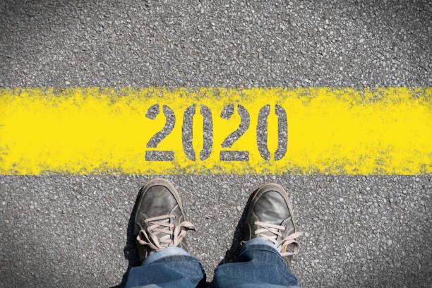 Ein Mann steht vor dem Jahr 2020 – Foto