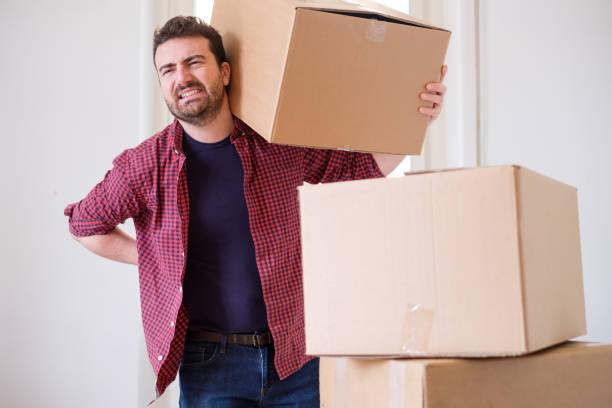 男人感覺背部疼痛抽筋移動重箱子 - 重的 個照片及圖片檔