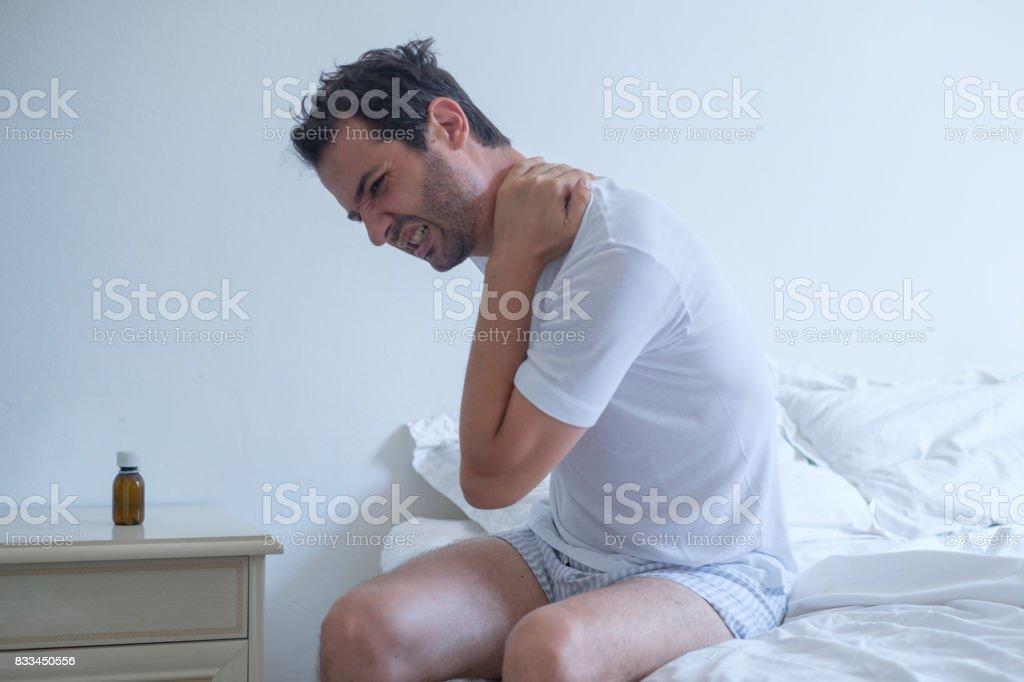 Hombre sensación dolor de espalda en la cama después de dormir - foto de stock