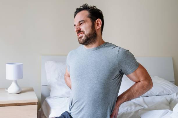 Mann Gefühl Rückenschmerzen nach dem schlafen im Bett – Foto