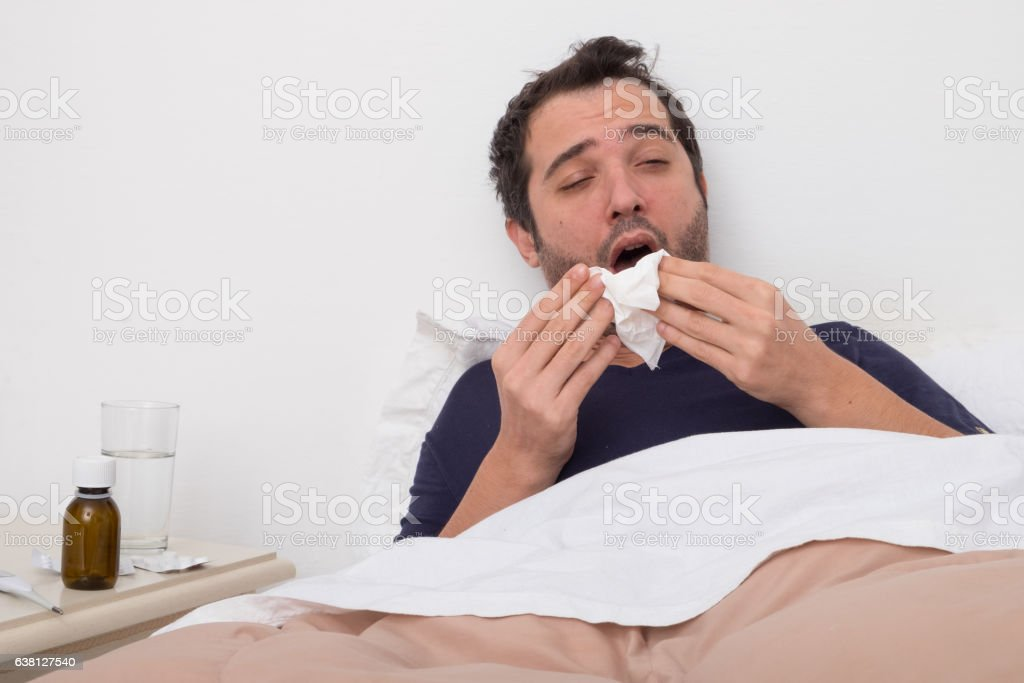 Man feeling bad lying in the bed - foto stock