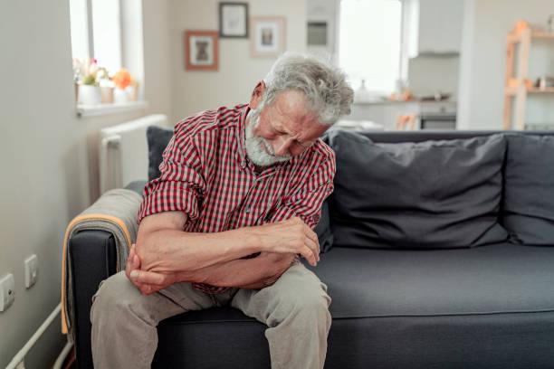 Homme sentant la douleur de coude, blessure de sport, rhumatisme chronique, problème de santé - Photo