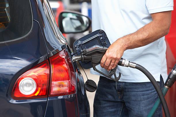 coche azul hombre de llenado con la estación de gasolina en - echar combustible fotografías e imágenes de stock