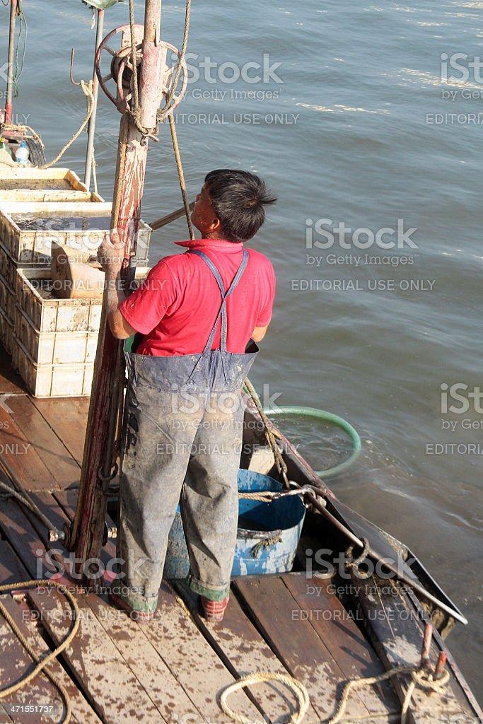 Uomo pesca nel Delta del Fiume Perla, Cina foto stock royalty-free