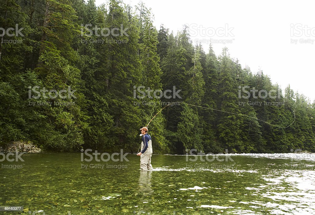 Uomo Pesca a mosca nel fiume foto stock royalty-free