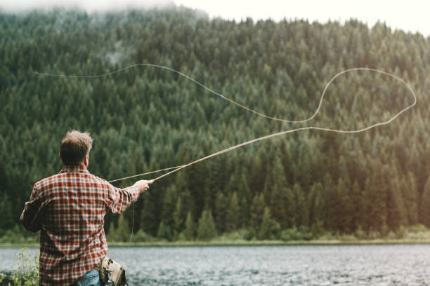 homem pesca com mosca  - pescaria com iscas artificiais - fotografias e filmes do acervo