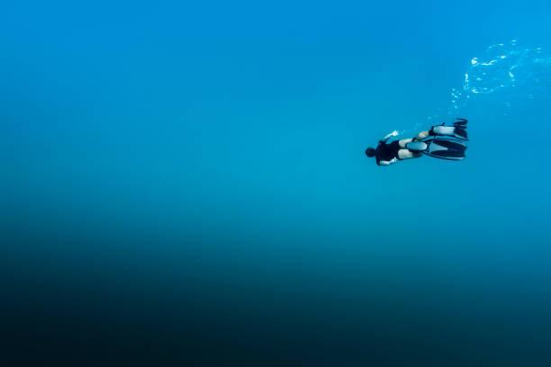 페르난도 드 노로냐에서 다이빙 무료 남자 - 깊은 뉴스 사진 이미지