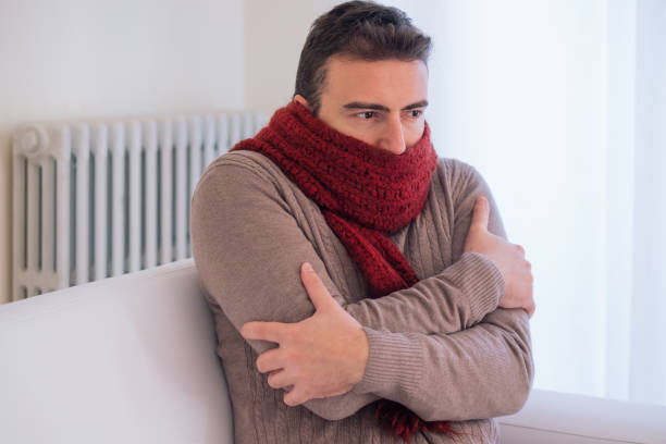 由於冬天的寒冷, 男人在家裡凍得發抖 - 寒冷的 個照片及圖片檔