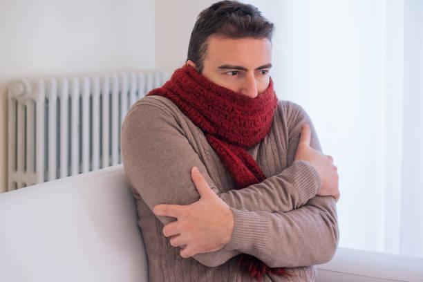 냉동 고 겨울 추위 때문에 집에서 떨고 남자 - 추운 온도 뉴스 사진 이미지