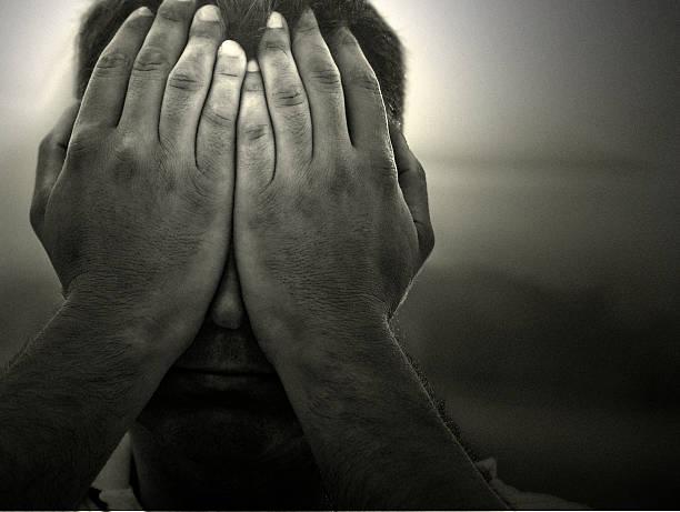 Mann Fustrated und Scham mit Händen auf Gesicht – Foto