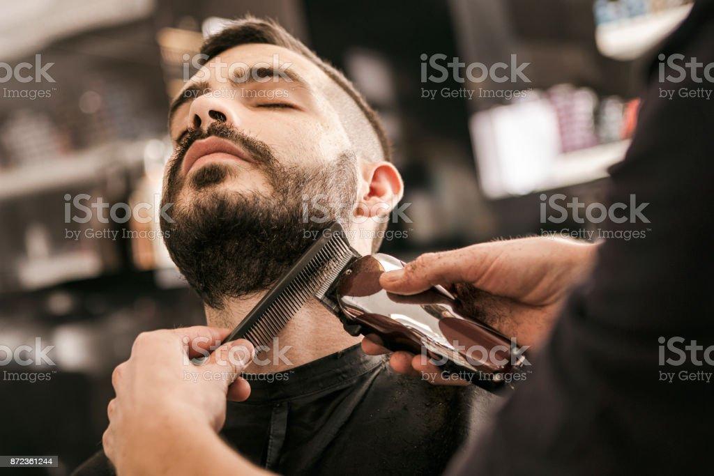 Homme faire sa barbe bordée de Rasoir électrique - Photo de Adulte libre de droits