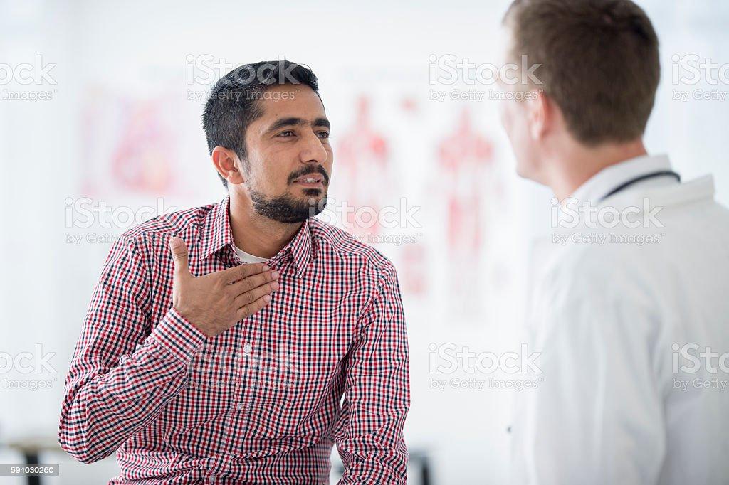 Man Getting His Cough Checked - Lizenzfrei Dienstleistung Stock-Foto