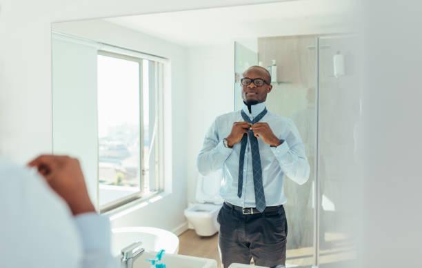 homme se prépare pour le bureau - cravate photos et images de collection