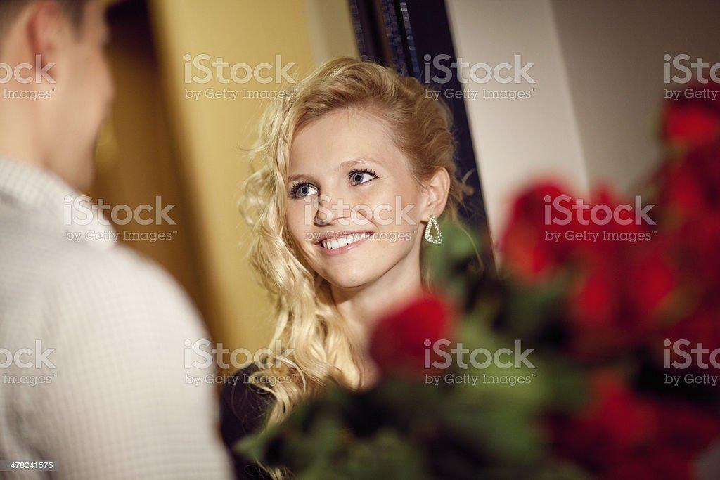 Mann gibt Rosen mit einem Mädchen, – Foto