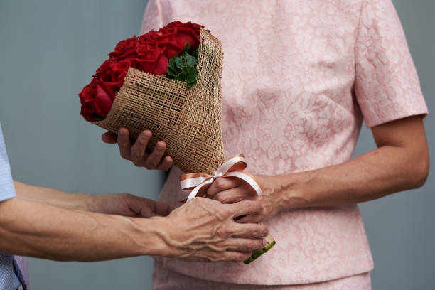 Man giving a bouquet of roses to a woman picture id1083998780?b=1&k=6&m=1083998780&s=612x612&w=0&h=1prr52d3ndd5ndgdkvgnpa csejzwkhqhizlhycoxfa=