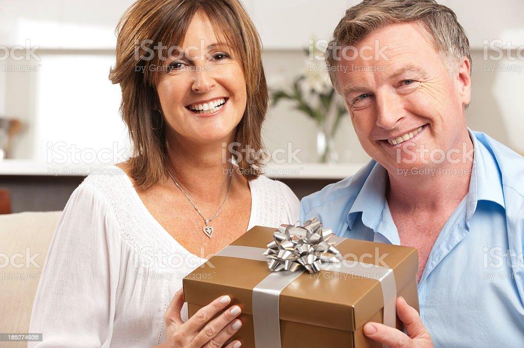 Mann seiner Frau ein Geschenk geben, – Foto