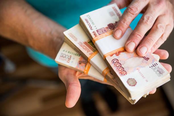 남자가 돈을 주고, 러시아 루블 은행권, 어두운 사무실-에 그의 책상 위에 뇌물과 부패 concept.russian 루블 지폐. 남자의 손에서 은행권의 금융 theme.stack - 러시아 루블 뉴스 사진 이미지