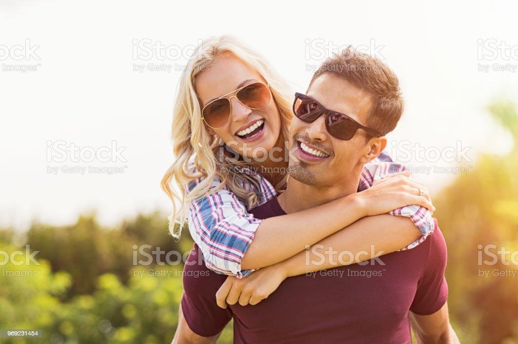 Homme donnant femme ride à porter sur le dos - Photo