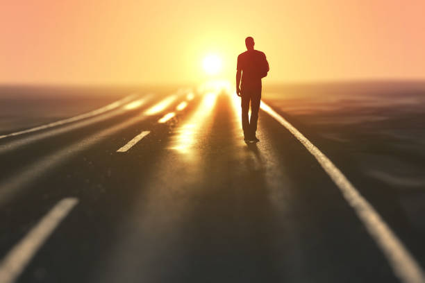 Mann geht auf leere Straße – Foto