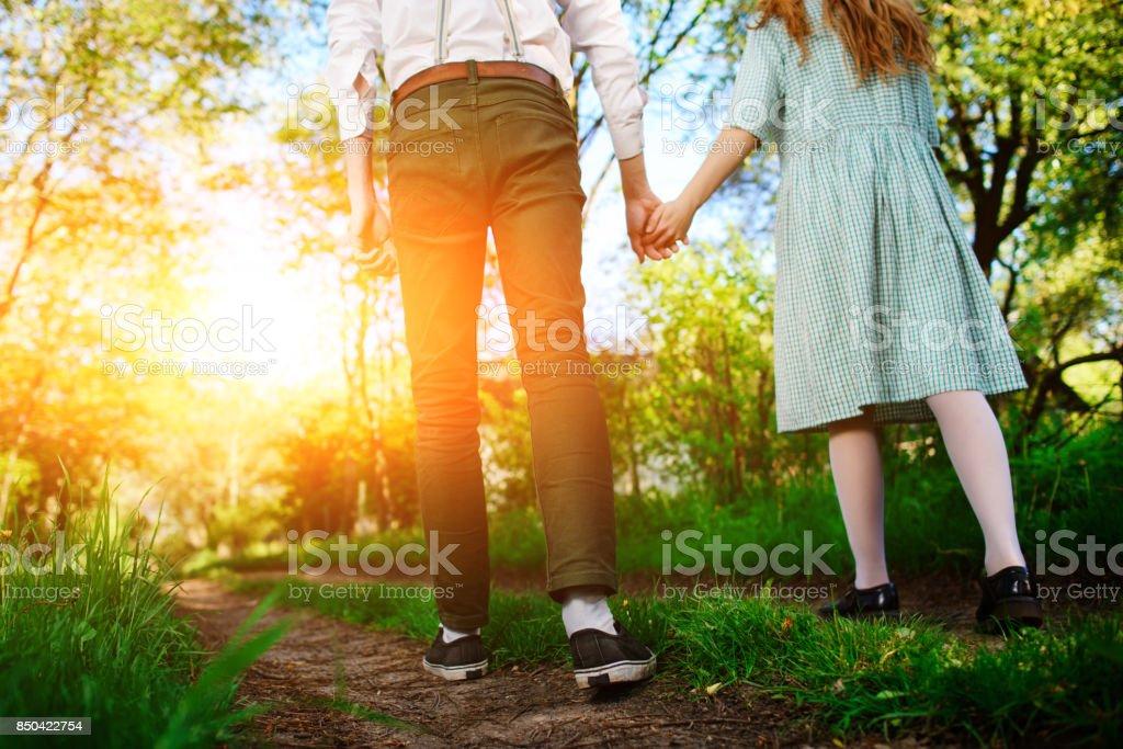 Mann geht mit seiner Freundin auf der Straße, niedrigen Winkel zurück Blick – Foto