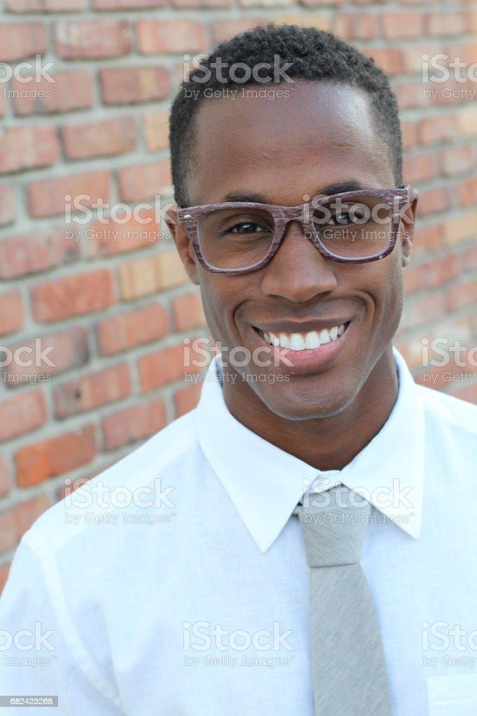 Homme gracieusement portant des lunettes de vue gros plan photo libre de droits