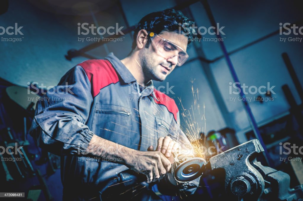 Hombre Esmerilado en metal - foto de stock