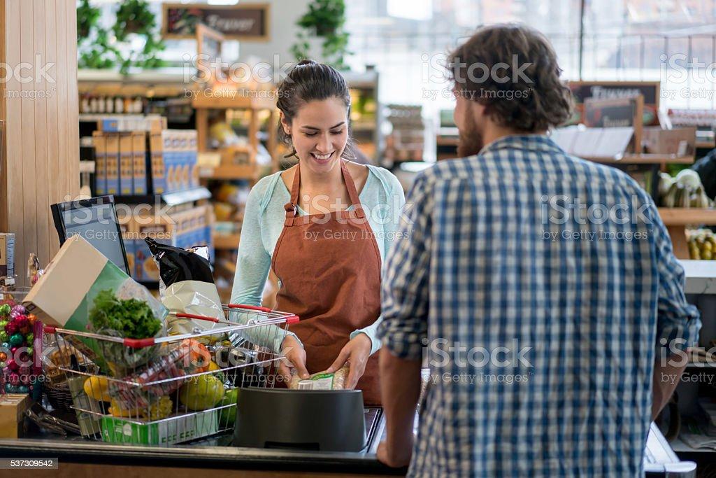 Homem de entrega de compras no supermercado - foto de acervo