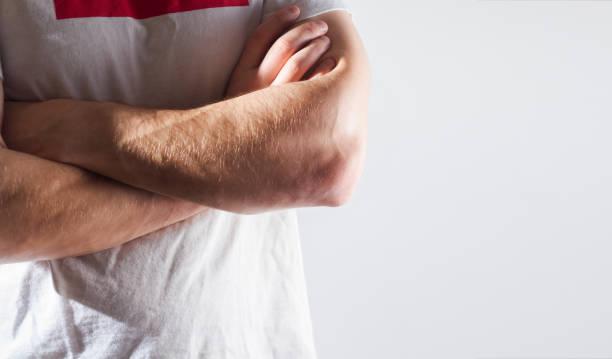 mann, kerl, sportler, sportler, bodybuilder in leerem weißen t-shirt mit amkörper gekreuzten armen, trainer, isoliert auf einem weißen, starken händen, freiplatz - tatto vorlagen stock-fotos und bilder
