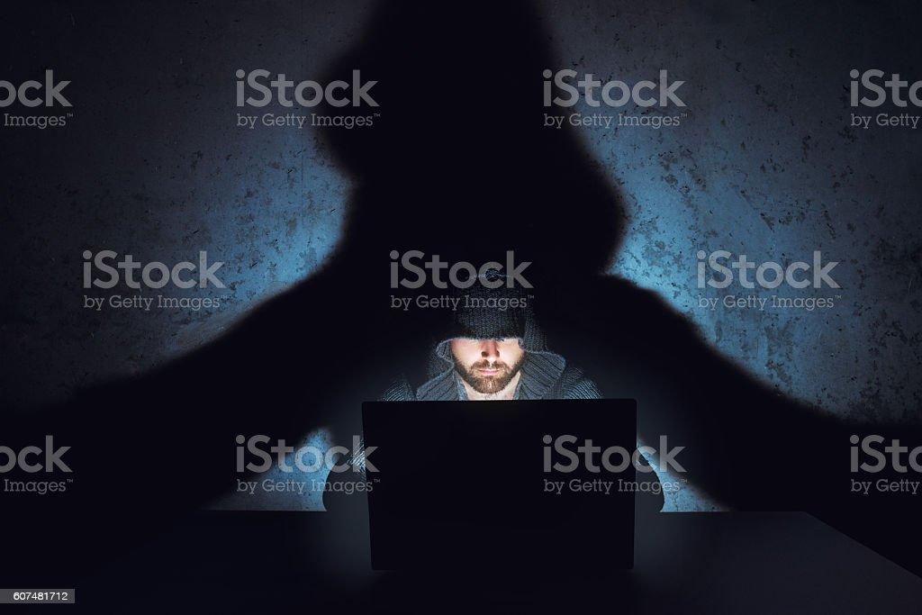 Man hacker works in dark empty room - foto de stock