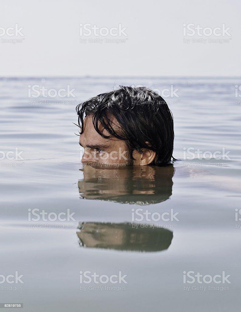Man half underwater royalty free stockfoto