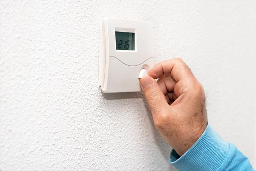 Hand Des Mannes Zu Hause Thermostat Einstellen Celsius