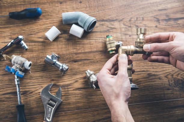 Mann Handhahn mit Werkzeugen – Foto