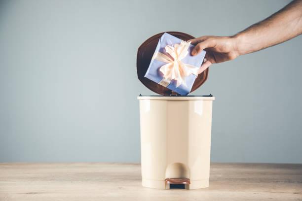 Mann Hand Geschenk-Box auf Müll – Foto