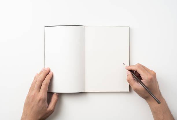 Mann Hand halten braunes Notizbuch und Stift auf weiß – Foto