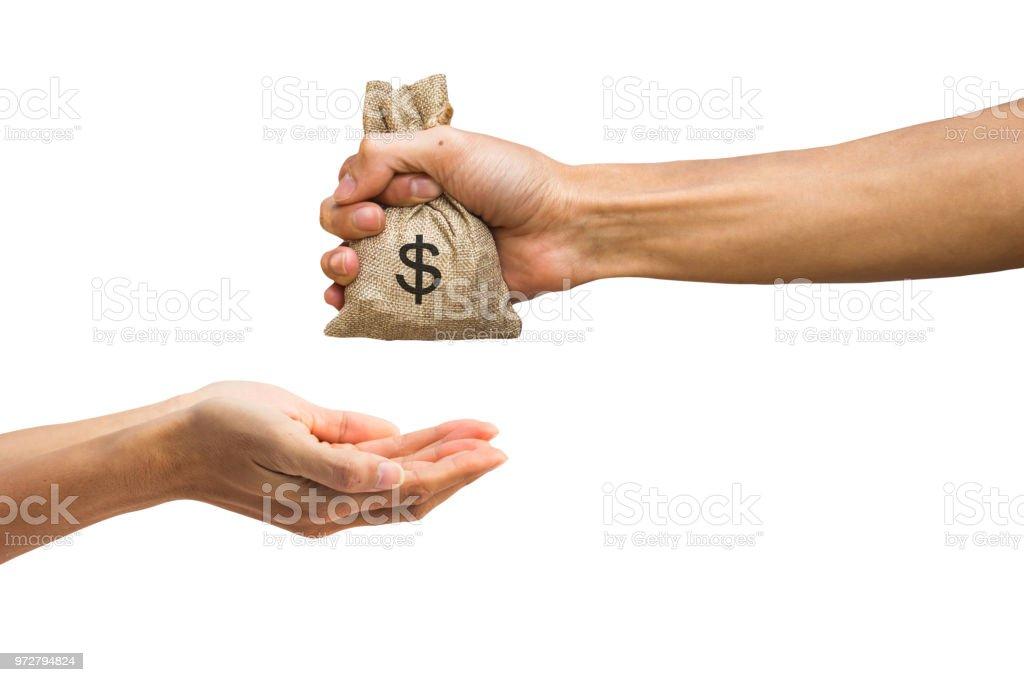 Mão de homem segurando o saco de dinheiro e dando dinheiro a outra pessoa, isolada no fundo branco, com recorte o caminho fácil de usar para design de seu trabalho. - foto de acervo
