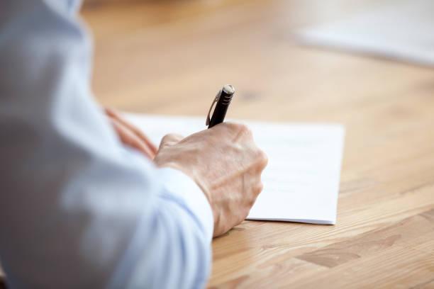 caneta de exploração de mão de homem, escrevendo notas na reunião close-up - mensagem - fotografias e filmes do acervo