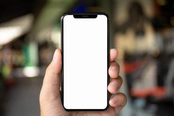 uomo mano tenendo il telefono con schermo isolato sulla città sfondo - smart phone foto e immagini stock