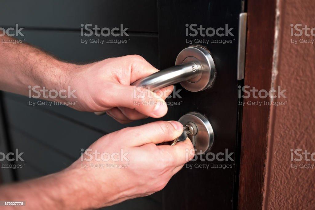 Puerta de apertura de la mano de hombre negro - foto de stock