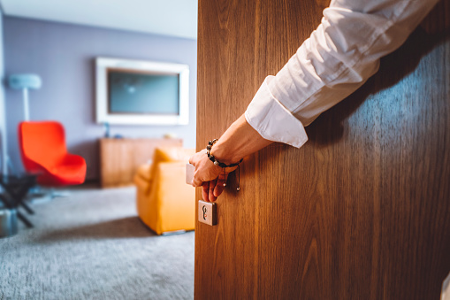Man Hand Opening The Door Of The Luxurious Hotel Room - Fotografie stock e altre immagini di Adulto