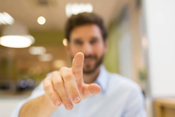 Mann hand Schieben eines digitalen Bildschirm auf Büro-Hintergrund – Foto