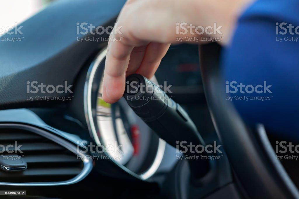Adam el düğmeye dönüş sinyali stok fotoğrafı