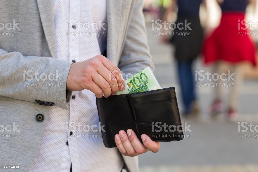 Hand des Menschen nehmen Sie 100 Euro-banknote – Foto