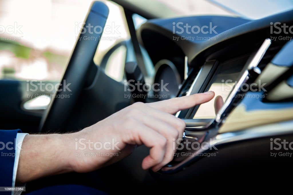 Adam el LCD ekran arabaya dokunmadan stok fotoğrafı