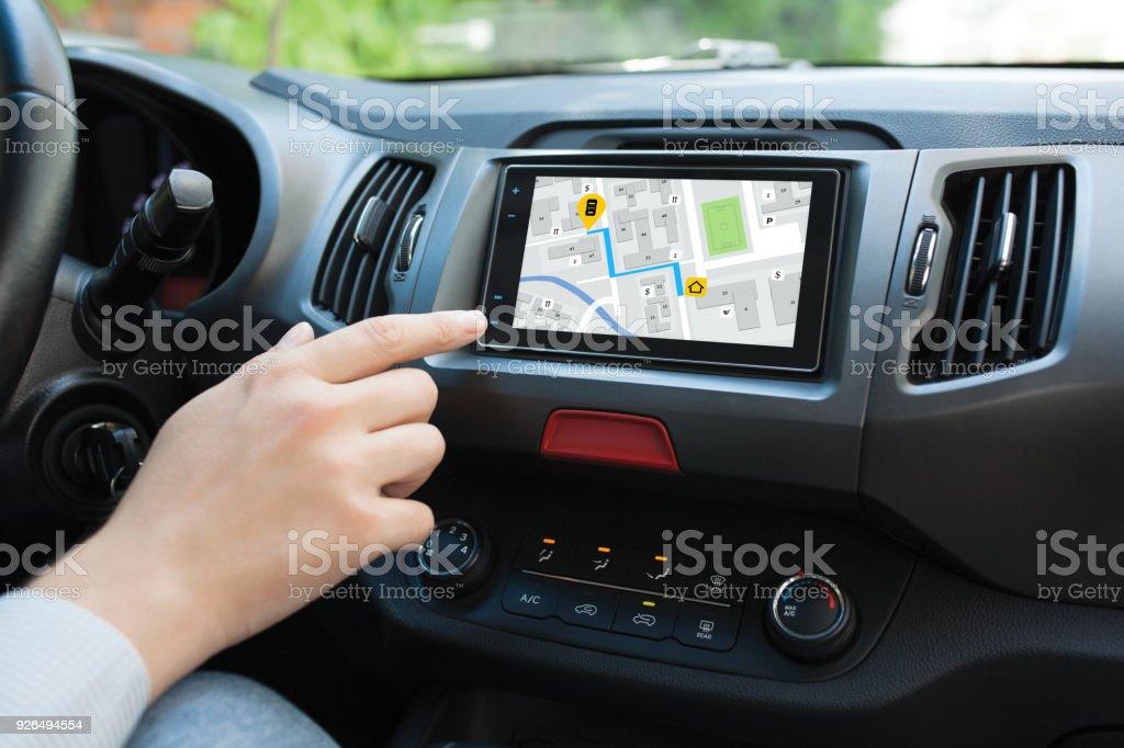 Hand des Menschen berühren, Bildschirm Multimedia-System mit Anwendungsnavigation – Foto